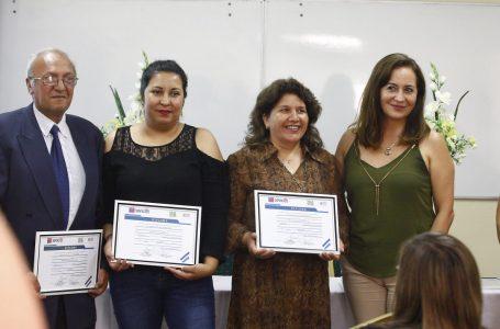 Entregan certificados de cursos de inglés básico y computación a pequeños y micro empresarios.