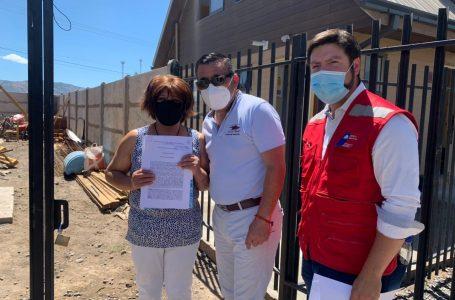 """En la puerta de su casa 137 familias del conjunto """"Los Naranjos"""" de Sagrada Familia, reciben escrituras de sus viviendas"""