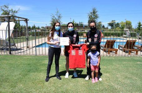 """Campaña """"Rojaxfuera, Verdexdentro"""": equipo Femenino La Cruz de San Clemente recibió indumentaria de estrellas de la Selección"""